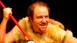Kultovní představení Caveman 14.8.2018 na Letní scéně Harfa
