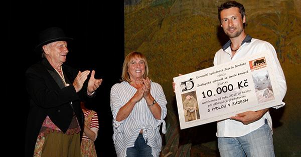 Josef Dvořák předal ZOO Dvůr Králové šek na 10000 Kč