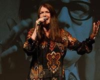 Miluška Voborníková zpívá písničku Poslední bál na Letní scéně Harfa. Foto: © Petr Sankot
