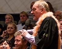 Do spiritistické seance jsou zapojeni i diváci. Médium má za úkol uhodnout, co si myslí tento pán. Foto: © Petr Sankot