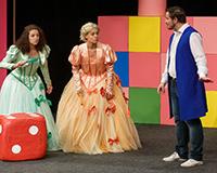 Kristýna Žďánská, Dominika Býmová a Radek Fejt v představení Princové jsou na draka. Foto: Petr Sankot