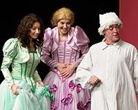 Kristýna Žďánská, Lucie Karbanová a Kryštof Nohýnek v představení Princové jsou na draka. Foto: Petr Sankot